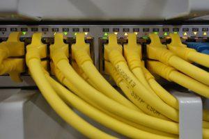 netz-switch-gelbe-kabel